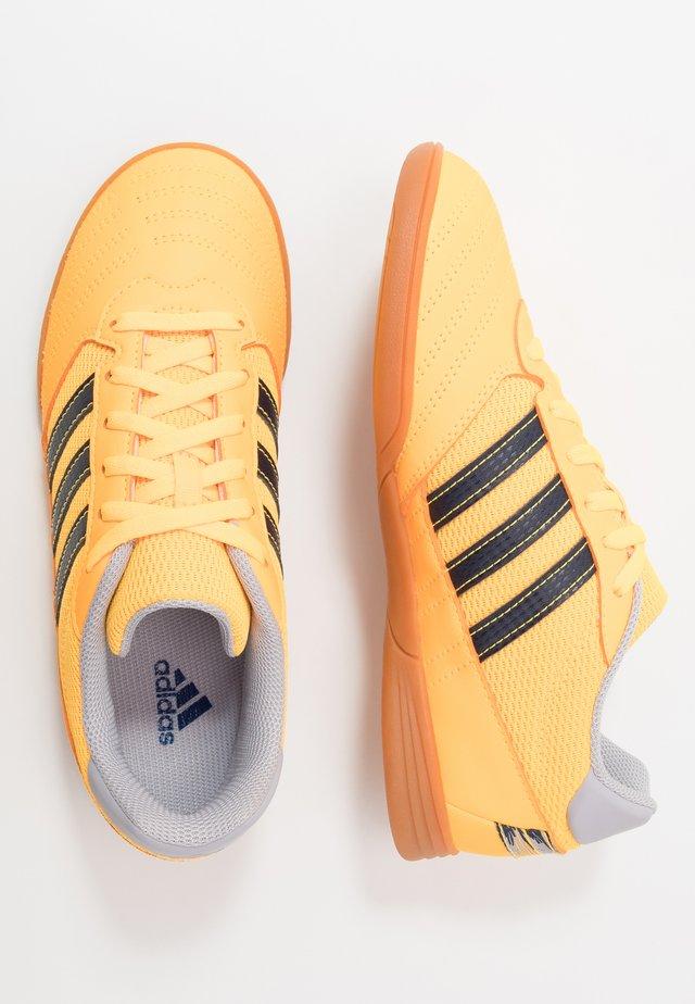 SUPER SALA FOOTBALL SHOES INDOOR - Zaalvoetbalschoenen - solar gold/collegiate navy/glow grey