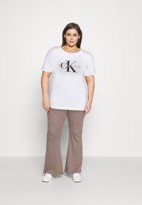 Calvin Klein Jeans Plus - MONOGRAM LOGO REG FIT TEE - T-shirt imprimé - bright white - 1