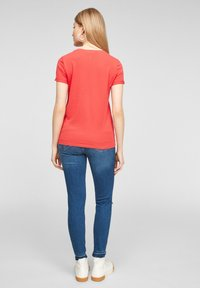 QS by s.Oliver - MIT FRONTPRINT - Print T-shirt - red - 2