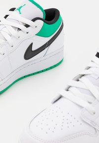 Jordan - AIR 1 LOW UNISEX - Chaussures de basket - white/stadium green/black - 5