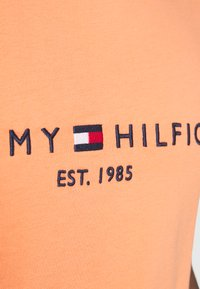 Tommy Hilfiger - LOGO TEE - T-shirt z nadrukiem - summer sunset - 5