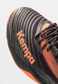 Kempa - WING LITE 2.0 - Håndboldsko - black/fluo orange - 5