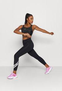 Nike Performance - ALPHA ULTRABREATHE BRA - Urheiluliivit: korkea tuki - black - 1
