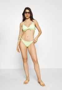 Monki - GINGHAM BIKINI SET - Bikini - green/white - 1