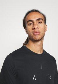 Jordan - AIR CREW - Print T-shirt - black/white/smoke grey - 3