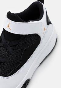 Jordan - MAX AURA 2 - Basketbalové boty - white/metallic gold/black - 5