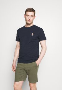 Selected Homme - SLHFATE CAMP O NECK TEE - T-shirt con stampa - sky captain - 0
