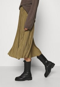 Samsøe Samsøe - UMA SKIRT - Pleated skirt - gothic olive - 4