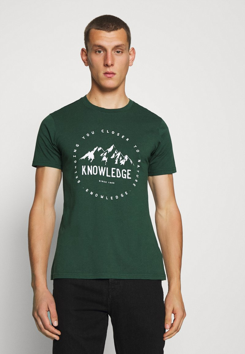 KnowledgeCotton Apparel - ALDER MOUNTAIN TEE - Triko s potiskem - green