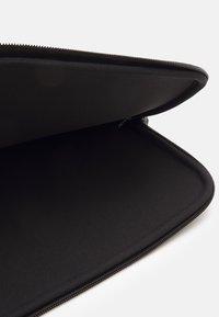 Holzweiler - HANGER LAPTOP COVER - Taška na laptop - black - 2