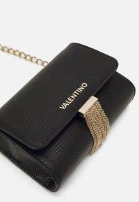 Valentino by Mario Valentino - PICCADILLY - Across body bag - nero - 3
