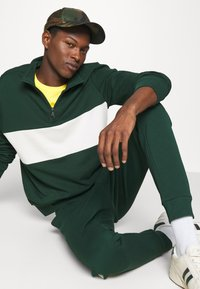 Polo Ralph Lauren - LOOPBACK TERRY PANT ATHLETIC - Träningsbyxor - college green/chic cream - 3