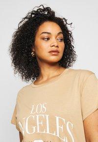 New Look Curves - LOS ANGELES - Print T-shirt - camel - 3