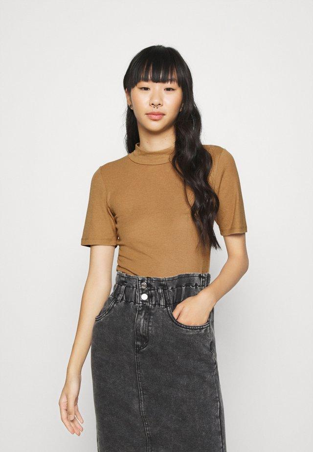 NMELENA SHORT SLEEVE - T-shirt med print - brown sugar