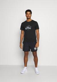 Nike Performance - MILER - T-shirt print - black/silver - 1