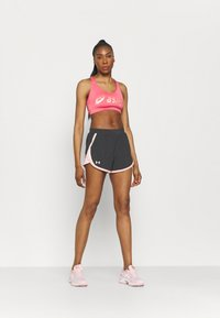 Under Armour - FLY BY 2.0 BRAND SHORT - Sports shorts - jet gray - 1