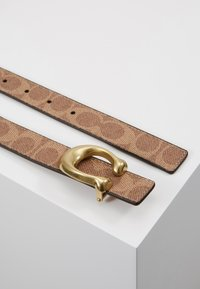 Coach - SCULPTED COATED REVERSIBLE SIGNATURE BELT - Pasek - tan/rust