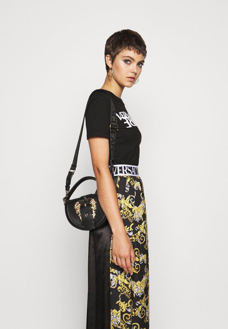 Versace Jeans Couture - CROSSBODY - Skulderveske - nero