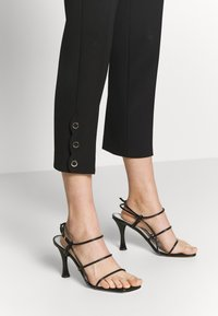 kate spade new york - SIDE SNAP PANT - Kalhoty - black - 7