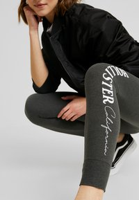 Hollister Co. - LOGO FLEGGING - Legíny - dark grey - 4
