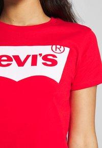 Levi's® - THE PERFECT TEE - T-shirt z nadrukiem - tomato - 4