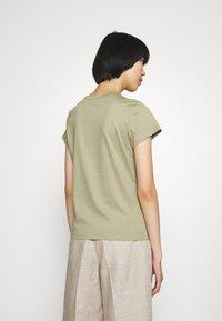 Filippa K - EDNA - Jednoduché triko - sage green - 2