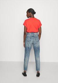 Calvin Klein Jeans - MOM - Relaxed fit jeans - denim medium - 2