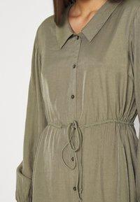 Pieces - PCFRAYSON SHIRT DRESS - Shirt dress - deep lichen green - 4