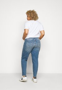 Pieces Curve - PCLEAH MOM - Relaxed fit jeans - medium blue denim - 2