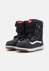 Vans - SNOW CRUISER MTE UNISEX - Winter boots - black/white - 1