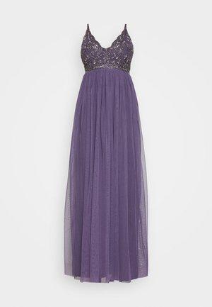 LEXI  - Společenské šaty - mulled grape