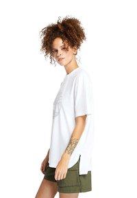 Timberland - OVERSIZE IRIDESCENT - Print T-shirt - white - 3