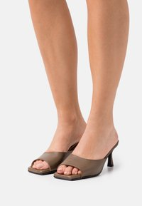 Selected Femme - SLFASHLEY MULE  - Heeled mules - chocolate chip - 0