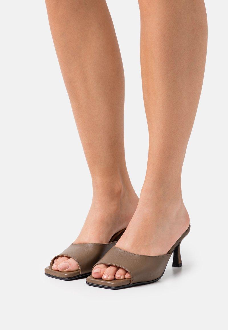 Selected Femme - SLFASHLEY MULE  - Heeled mules - chocolate chip