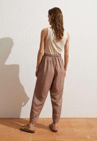 OYSHO - MIT LEINENANTEIL - Trousers - brown - 2