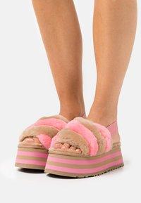 UGG - EXCLUSIVE DISCO STRIPE SLIDE - Heeled mules - chestnut/pink rose - 0