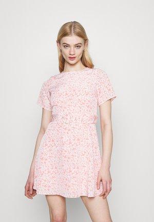 AMBER DRESS - Denní šaty - salmon