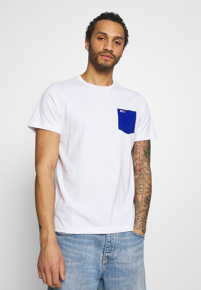 Tommy Jeans - CONTRAST POCKET TEE - T-shirt med print - white