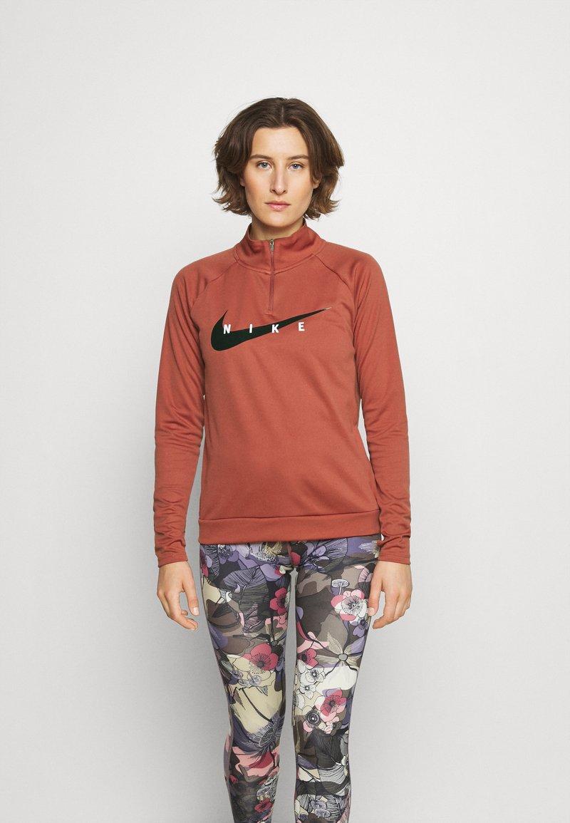 Nike Performance - RUN MIDLAYER - Camiseta de deporte - canyon rust/black