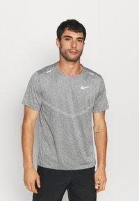 Nike Performance - RISE - T-shirts print - smoke grey/heather/reflective silver - 0