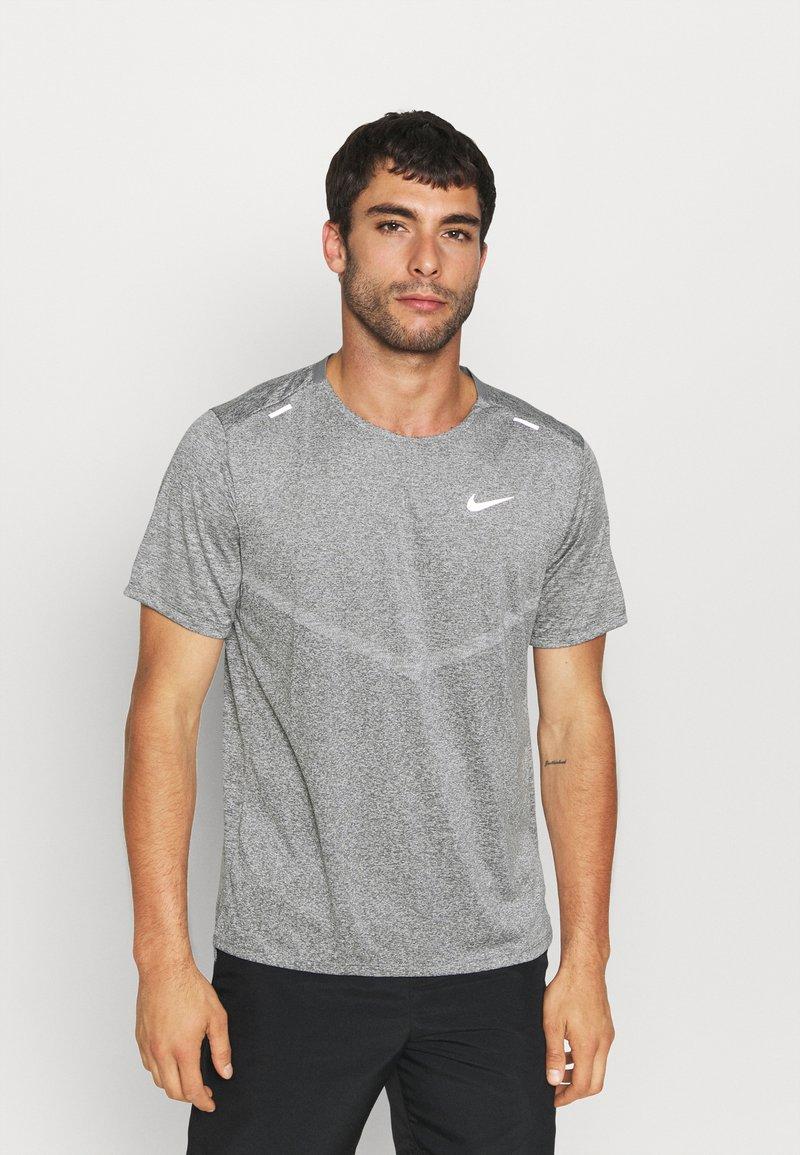 Nike Performance - RISE - T-shirts print - smoke grey/heather/reflective silver