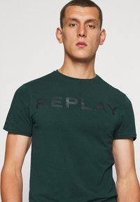 Replay - T-shirt con stampa - bottle green - 3