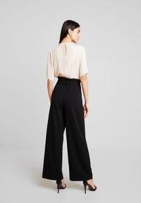 Vero Moda - VMMILLA LOOSE PAPERBAG PANT - Pantalones - black - 3