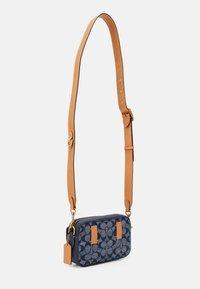 Coach - SIGNATURE CHAMBRAY CONVERTIBLE WAIST PACK - Across body bag - chambray midnight navy - 1