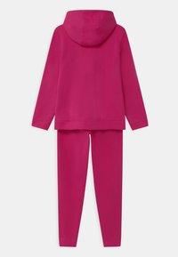 Nike Sportswear - CORE SET - Tracksuit - fireberry/white - 1