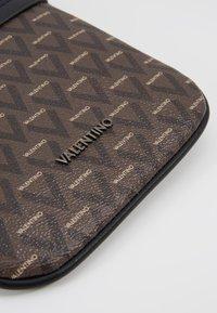 Valentino Bags - SURRENDER MINI CROSSBODY - Bandolera - marr/nero - 5