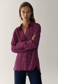 Massimo Dutti - MIT GEOMETRISCHEM PRINT  - Overhemdblouse - bordeaux - 0