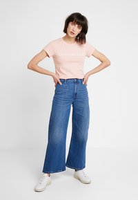 Calvin Klein Jeans - INSTITUTIONAL LOGO SLIM FIT TEE - Print T-shirt - blossom/bright white - 1