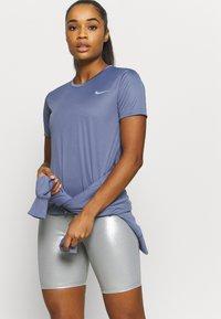 Nike Performance - MILER - T-shirt med print - world indigo/silver - 3