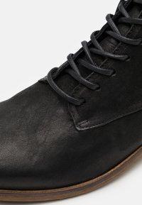 Shelby & Sons - LACE UP BOOT - Šněrovací kotníkové boty - black - 5